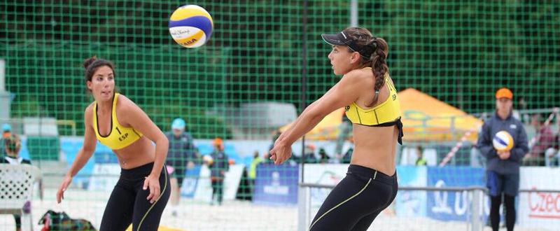 La alicantina Paula Soria y la malagueña Ángela Lobato, durante un partido. Fuente: SoriaLobato voley