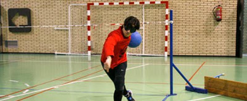El jugador zaragozano de goalball, Román Martínez, durante un partido.
