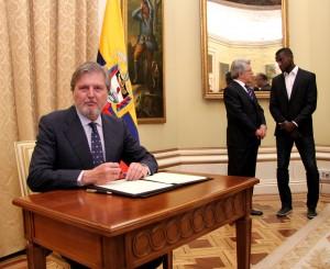 Iñigo Méndez de Vigo, durante la firma del acuerdo de colaboración, mientras conversan Enrique Cerezo y Jackson Martínez.Fuente: CSD