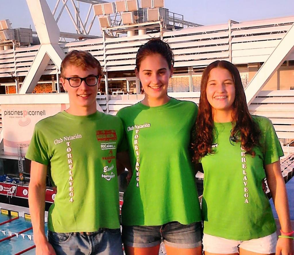 Los nadadores torrelaveguenses Marcos Aparcio, Alba Diaz y Laura Barreda en Barcelona. Fuente: AD