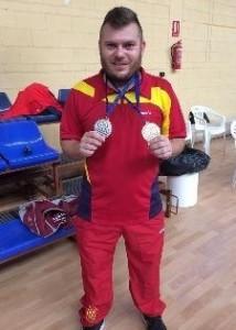 Simon-Cruz-con-sus-dos-medallas-en-el-Campeonato-de-Europa-de-Parabadminton-2014