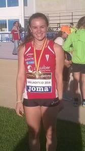 Una sonriente Andrea San José posa con su medalla tras una competición con su club