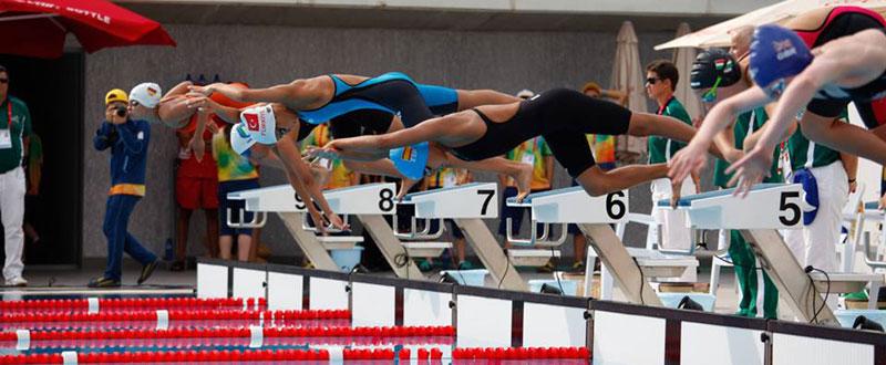 Ariadna Escribano saltando a la piscina en la final de los 200 metros mariposa. Fuente: AD