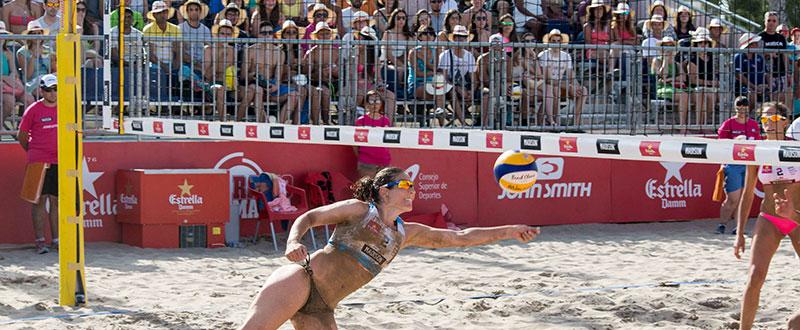 Clara Lorenzo defendiendo un remate. Fuente: beachvolleytour.es