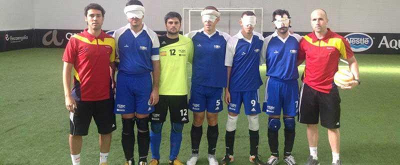 La selección española para ciegos y su seleccionador Jesús Bargueiras, a la derecha. Fuente: AD