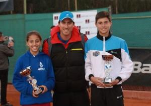 Álex Vedri y su compañera en el Club de Campo Peñacañada . En el centro su entrenador, Toni Gil. Fuente: AD