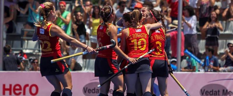 Las 'redsticks' celebran un gol en la Liga Mundial disputada en Valencia. Fuente: Gabi Juan - RFEH