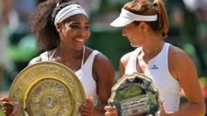Serena y Garbiñe posan con sus trofeos.