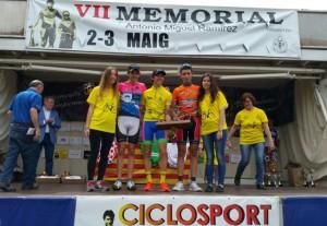 Pol Hernández en el centro del podio con el maillot amarillo que lo acredita como ganador. Fuente: Rfec