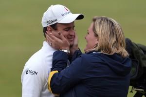 Zach Johnson recibe la felicitación de su mujer tras ganar el torneo.