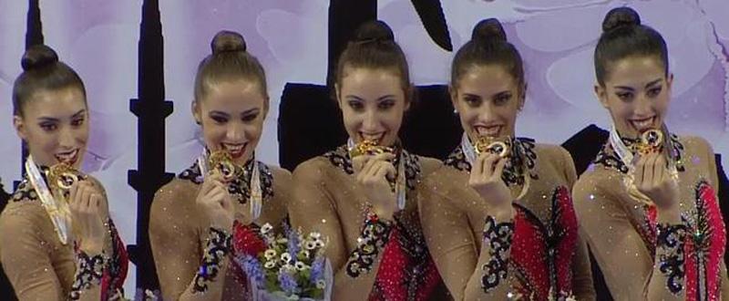 El equipo nacional de gimnasia rítmica tras conseguir el oro en mazas en el Mundial de Turquía. Fuente: RFEG