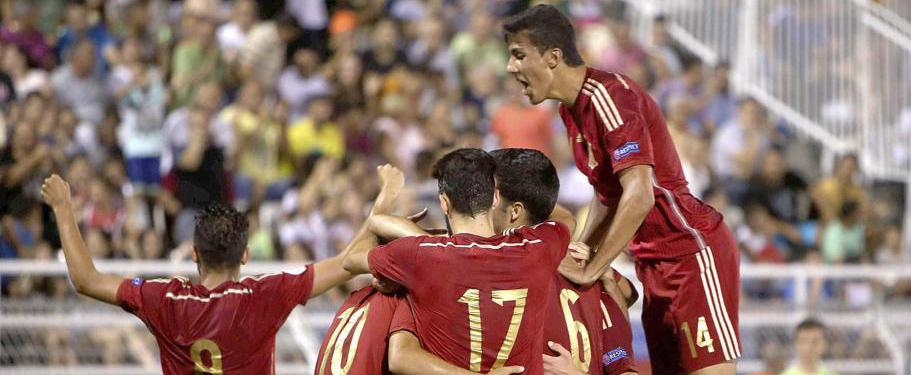 Los jugadores de España celebran uno de los goles durante la final del Europeo sub19. Fuente: Vasilis Ververidis