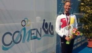 Alisa posa con su medalla de plata. Fuente: Rfen.