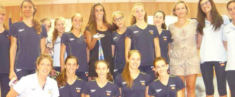 Ona Carbonell con el equipo de sincro. Fuente: JAC/Avance Deportivo