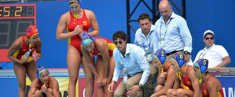 El seleccionador de waterpolo, Miki Oca, junto a las 'guerreras' en un partido. Fuente: RFEN