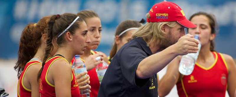 Las españolas junto al seleccionador Adrian Lock. Fuente: Rfeh.
