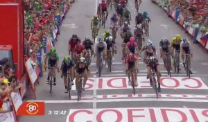 Victoria de Sbaragli al sprint en Castellón. Imágenes: RTVE