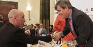 El presidente de la AFE Luis Rubiales saluda a Miguel Cardenal. Fuente: EFE.