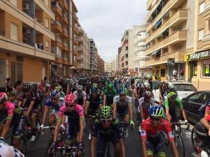 El pelotón, por las calles de Torrevieja antes de la salida lanzada. Imágenes: AD