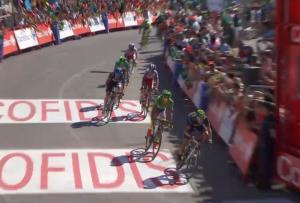 Alejandro Valverde por delante de Sagan. Imágenes: AD