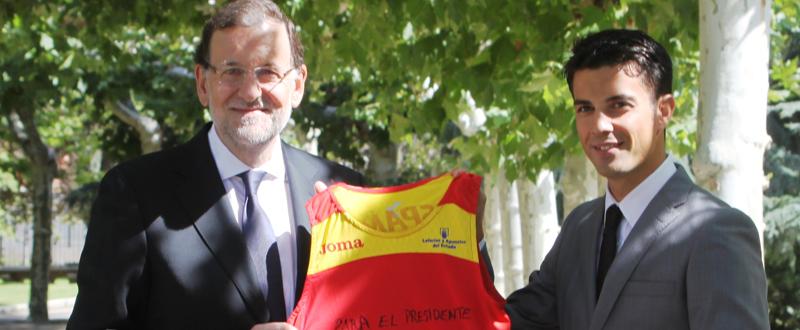 Rajoy muestra la camiseta que López le ha regalado como recuerdo. Fuente: CSD