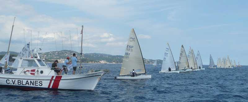 Salida de una de las regatas del Campeonato de España de Finn. Fuente: CV Blanes.