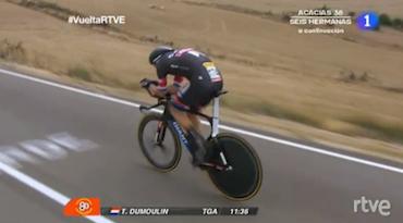 Tom Dumoulin está volando muy acoplado a la bicicleta. Imágenes: RTVE