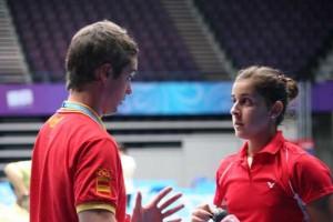 Carolina Marín junto a su entrenador Fernando Rivas. Fuente: AD.