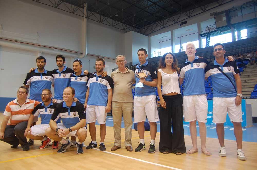 Málaga con el trofeo de la Supercopa 2015 de Fútbol Sala B2. Fuente: LPT/Avance Deportivo
