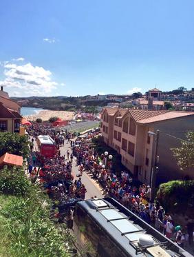 Salida de la 15ª etapa desde Comillas (Cantabria). Imágenes: AD