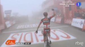 Victoria entre la niebla del italiano del BMC, Alessandro De Marchi. Imágenes: RTVE