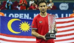 David Ferrer con el trofeo que le acredita como ganador del torneo. Fuente: EFE.