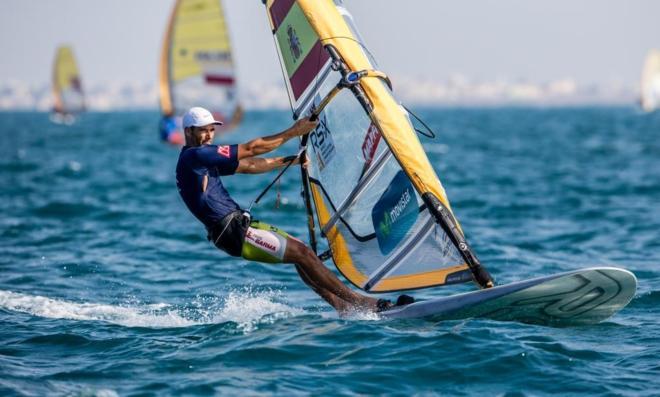 Iván Pastor, compitiendo en la clase RS:X de la Copa del Mundo de vela. Fuente: EFE