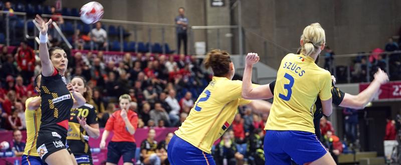 Elisabeth Chávez (i), que intenta recibir ante la defensa de Rumanía en el tercer partido del Mundial que se disputa en Dinamarca. Fuente: EFE/Rasmus Stergaard