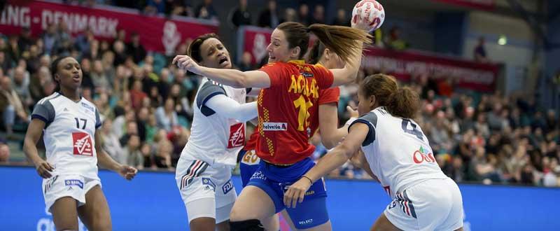 Macarena Aguilar lanzando frente a Francia. Fuente: EFE