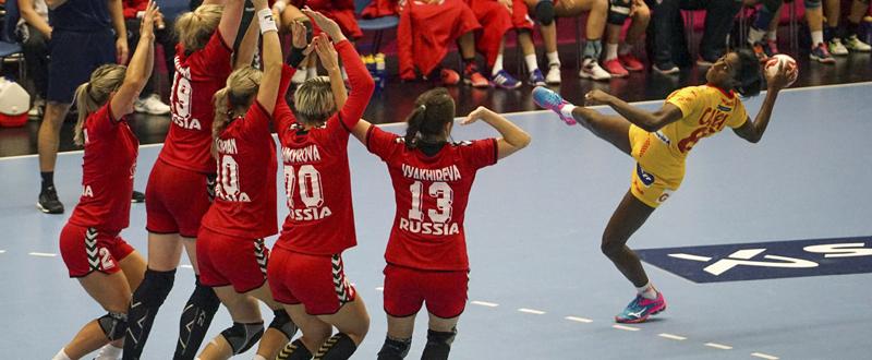 Alexandrina Barbosa (d) que intenta un lanzamiento sobre la barrera de Rusia en el partido segundo partido del Mundial que se disputa en Dinamarca. Fuente: EFE