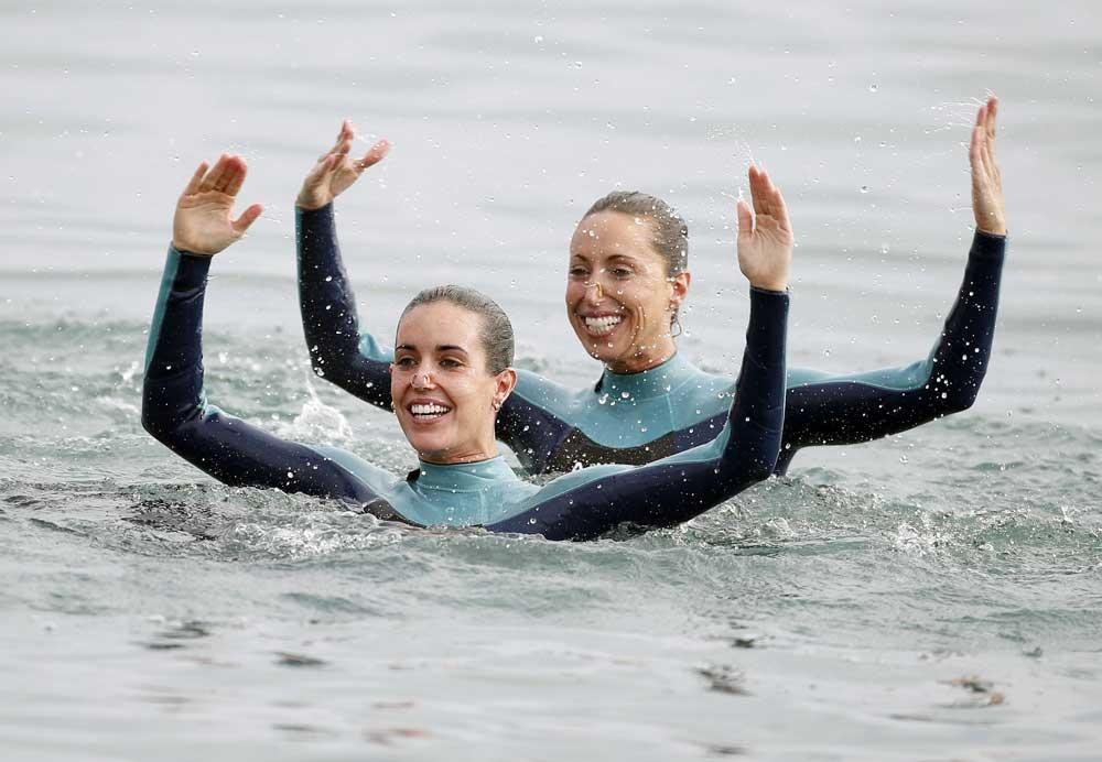 Ona Carbonell y Gemma Mengual en la playa de San Sebastián de Barcelona. Fuente: EFE/Andreu Dalmau