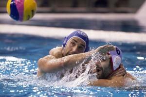 Marc Miguell lucha por el balón con el italiano Alex Giorgetti. Fuente: EFE/Szilard Koszticsak