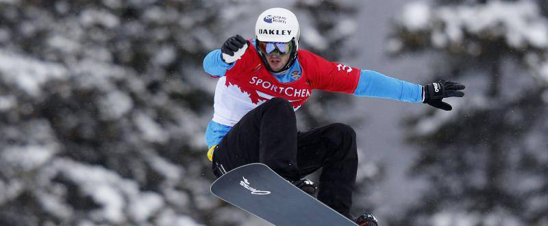 El rider donostiarra Lucas Eguíbar durante una competición de snowboardcross.