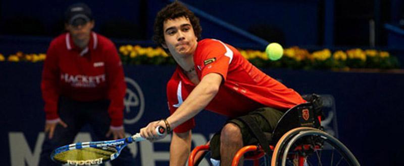 El tenista madrileño, Daniel Caverzaschi, ha arrancado la temporada con 3 títulos individuales.