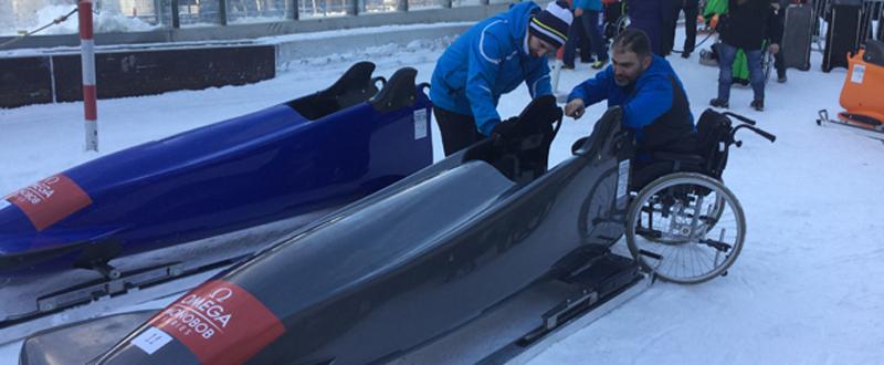 El deportista asturiano Israel Blanco, antes de subir al trineo acompañado por el director técnico del Spanish Bobsleigh, Javier Pintado. Fuente: SB