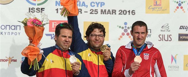 Antonio Bailón y Alberto Fernández en el podio de la Copa del Mundo de Chipre. Fuente: tiroolímpico