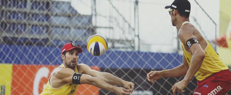 Los jugadores de voley playa, Adrián Gavira y Pablo Herrera, durante un torneo. Fuente: RFEVB