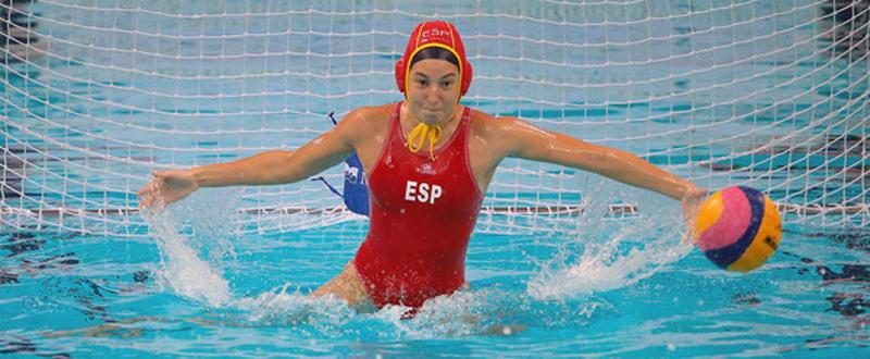 La guardameta de la selección española de waterpolo, Laura Ester, durante un partido.
