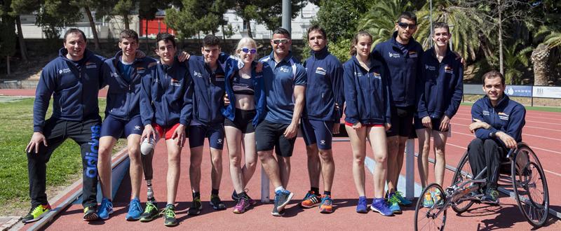 Algunos atletas del equipo Liberty Seguros Promesas Paralimpicas  de atletismo junto a David Casinos. Fuente: Grupo Liberty