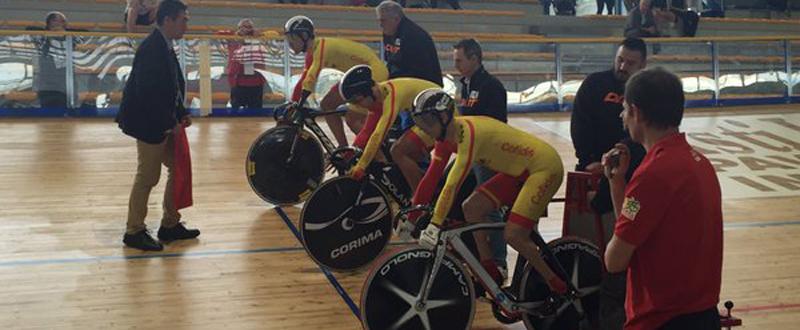 Los velocistas Alfonso Cabello, Eduardo Santas y Amador Granados antes de comenzar la prueba. Fuente: @bego_luis
