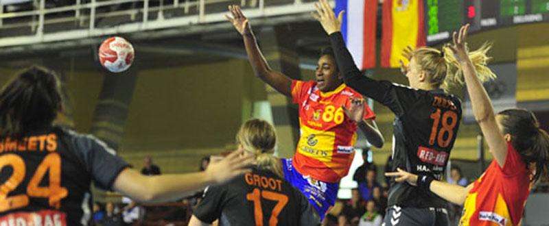 Shandy Barbosa salta para recoger un balón en el duelo ante Holanda. Fuente: RFEBM