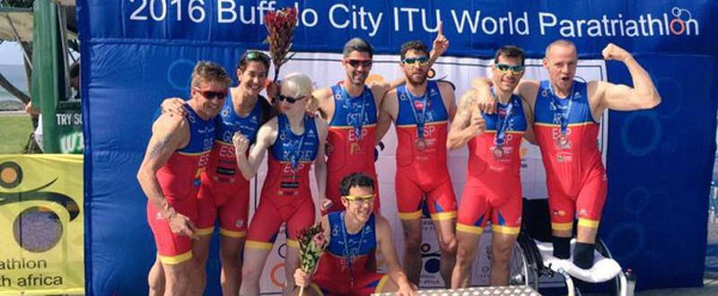 El equipo paralímpico español de triatlón tras la disputa de la prueba mundial en Buffalo City. Fuente: fetri