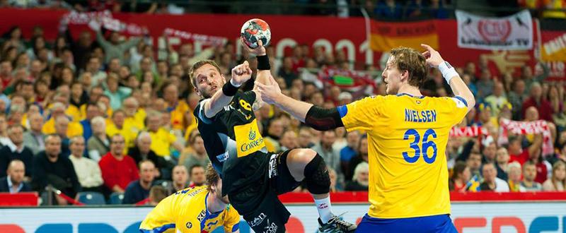 El extremo de la selección española de balonmano, Víctor Tomás, durante un partido. Fuente: ZPRP/EHF