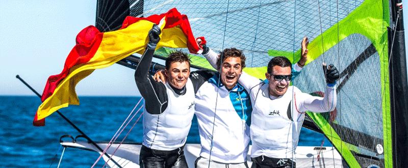 Diego Botín, Jordi Xammar y Iago López celebrando el título continental. Fuente: Rfev